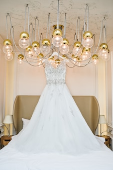 Vestido de renda de casamento de luxo no interior clássico do hotel