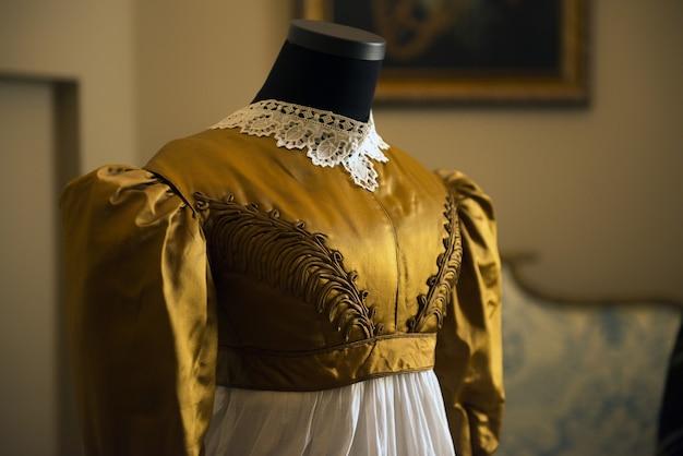 Vestido de seda vintage antigo em manequim de alfaiate com detalhe de traje feminino e luxo retrô