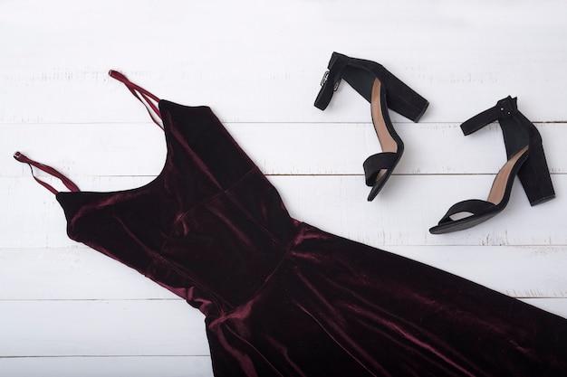 Vestido e sapatos de veludo cor de vinho