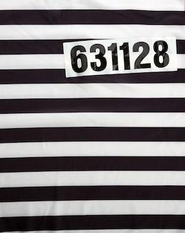 Vestido listrado para prisioneiros e número