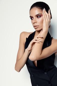 Vestido preto com maquiagem brilhante para mulher atraente