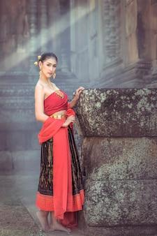 Vestido tradicional feminino andando pelo castelo khmer.