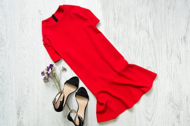 Vestido vermelho e sapatos pretos.