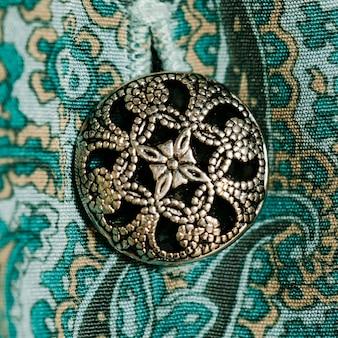 Vestido vintage de close-up com botão interessante