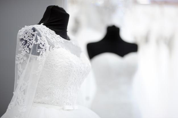 Vestidos de casamento lindo em um manequim