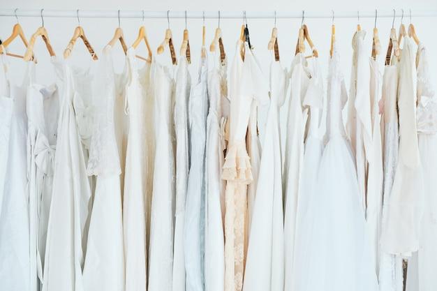Vestidos de dama de honra estão disponíveis em muitos estilos.