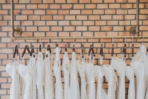 Vestidos de noiva branco em uma loja de luxo