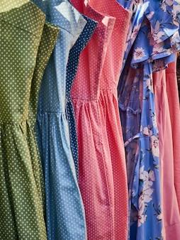 Vestidos femininos no mercado.