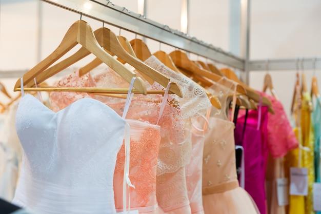 Vestidos modernos nos cabides da loja