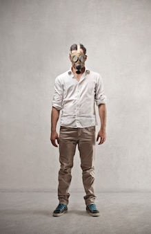 Vestindo uma máscara de gás