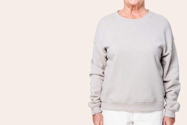 Vestuário casual feminino de suéter cinza grande com espaço de design close-up