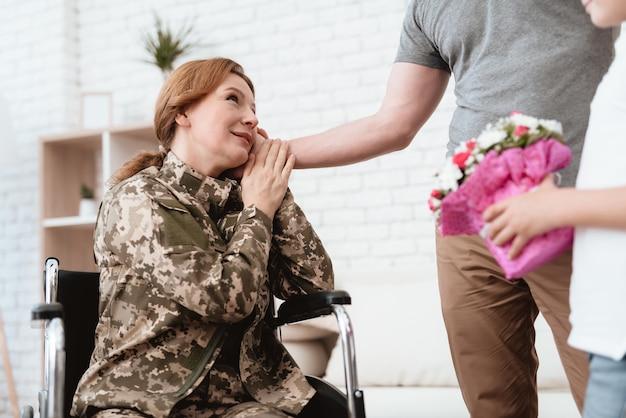 Veterano de mulher em cadeira de rodas voltou do exército.