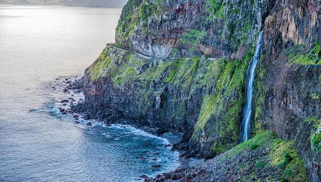 Véu de cachoeira da noiva na ilha da madeira, portugal.