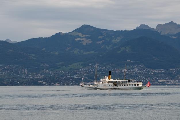 Vevey navegando ao longo do lago genebra, perto de montreux, na suíça