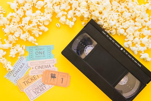 Vhs com pipoca e bilhetes de cinema