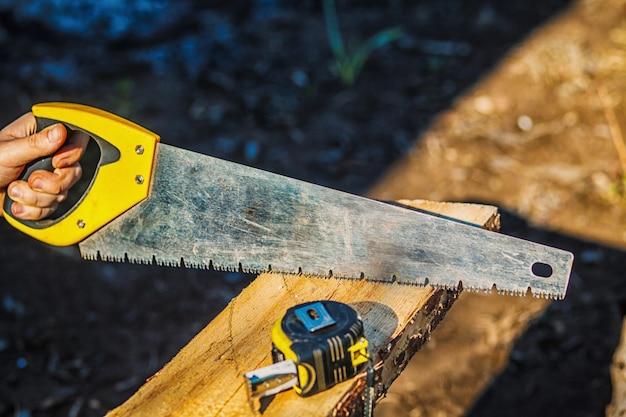 Vi com uma fita métrica de construção na placa de madeira. tábua de madeira
