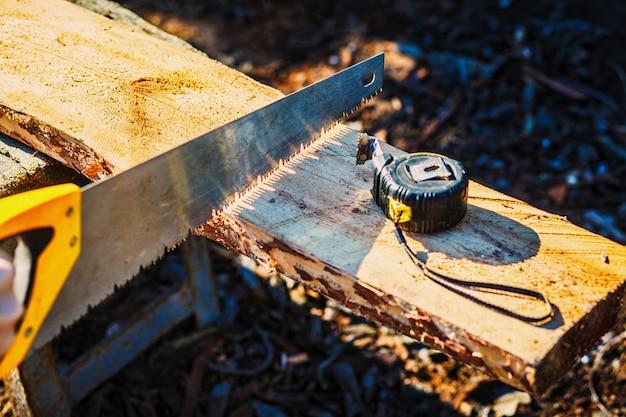 Vi com uma fita métrica de construção na placa de madeira.