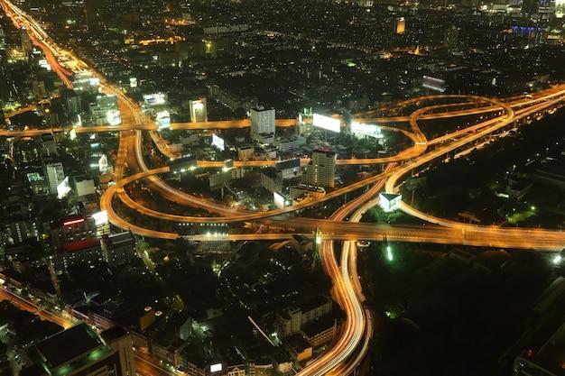 Via expressa de bangkok e rodovia vista superior à noite