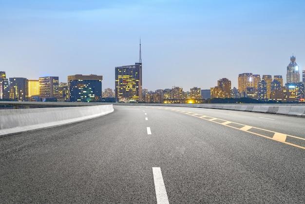 Via expressa e horizonte urbano em hangzhou, china
