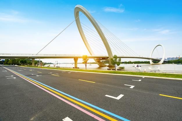 Via expressa e ponte de pedestres nanjing eye em nanjing china