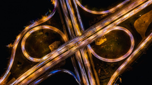 Via expressa e via expressa que interliga o transporte da cidade