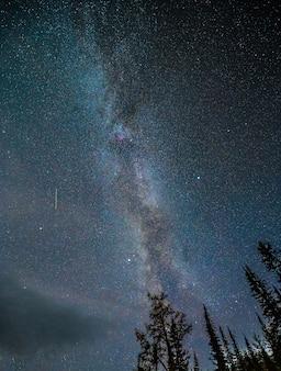 Via láctea com estrelado no céu noturno