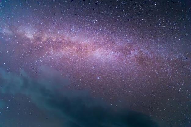 Via láctea com estrelas e poeira espacial no universo. astronomia.