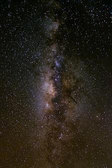 Via láctea com estrelas e poeira espacial no universo