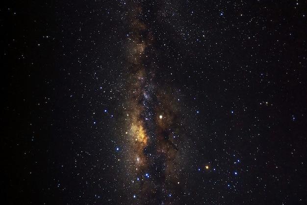 Via láctea com estrelas e poeira espacial no universo.