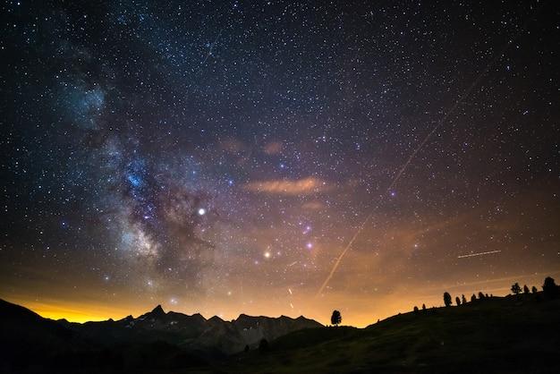 Via láctea e céu estrelado capturado em alta altitude no verão nos alpes italianos