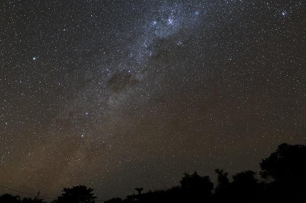 Via láctea e céu estrelado sobre as montanhas na ilha de bali.
