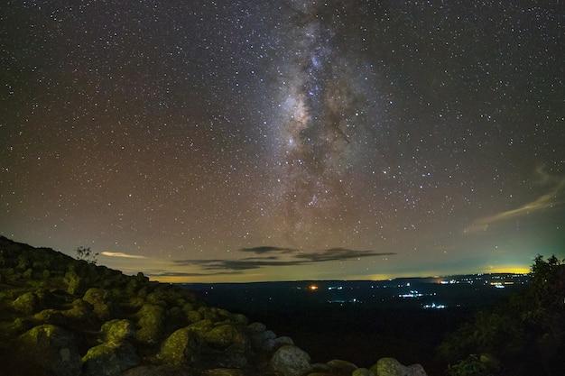 Via láctea e espaço poeira no universo, fotografia de longa exposição, com grãos.