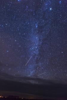 Via láctea e estrelas brilhantes acima do monument valley. eua