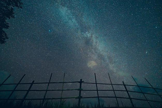 Via láctea e estrelas noturnas nos campos tom de humor