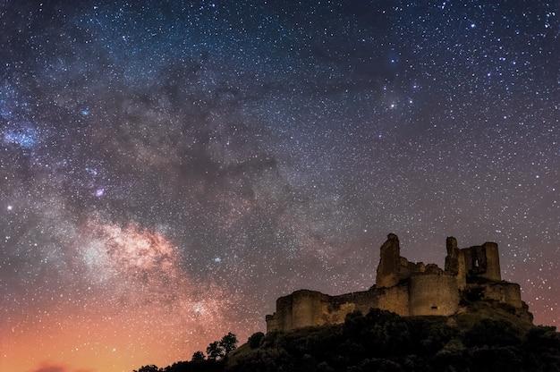 Via láctea em um antigo castelo de cuenca, espanha