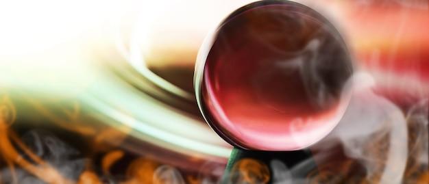 Via láctea na esfera mágica, cartomante, conceito de poder da mente. previsões de bola mágica. composição misteriosa. cartomante, poder da mente, conceito de previsão. copie o espaço