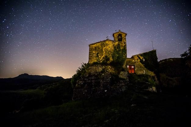Via láctea na igreja de sant miquel de castello, la garrotxa, espanha