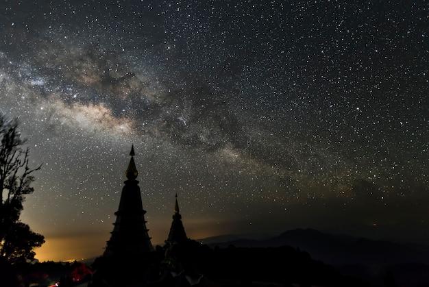 Via láctea sobre dois pagode no parque de nação de montanha doi inthanon