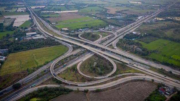 Viaduto da auto-estrada do intercâmbio da vista aérea e estrada de anel da estrada que conecta no conceito da logística do transporte da cidade em tailândia