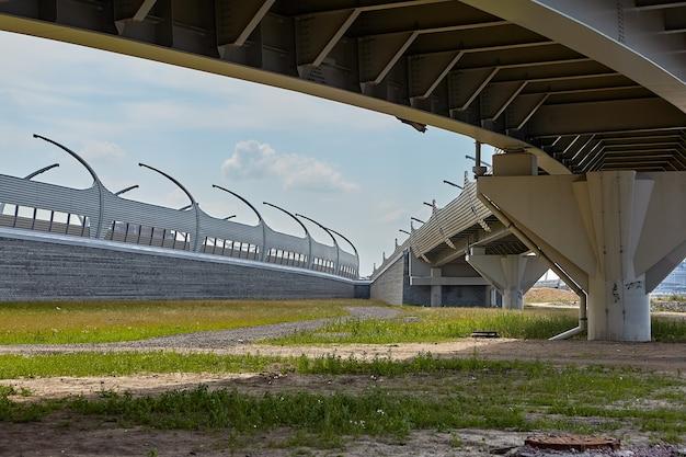Viaduto da estrada em frente à ponte estaiada.