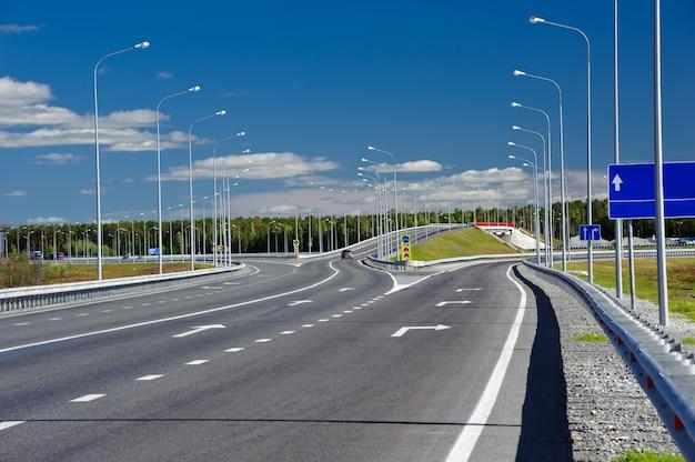 Viaduto na estrada secundária. dia ensolarado de verão. céu azul.