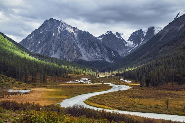 Viagem a pé pelos vales montanhosos
