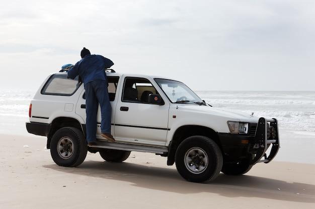 Viagem à praia em veículo 4x4