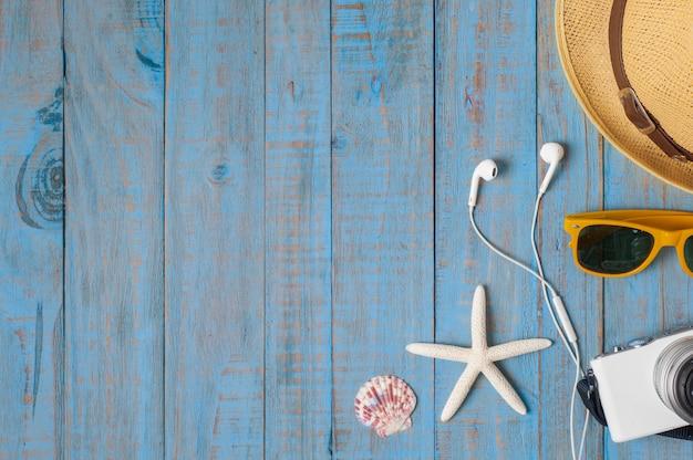Viagem, acessórios de verão em madeira azul