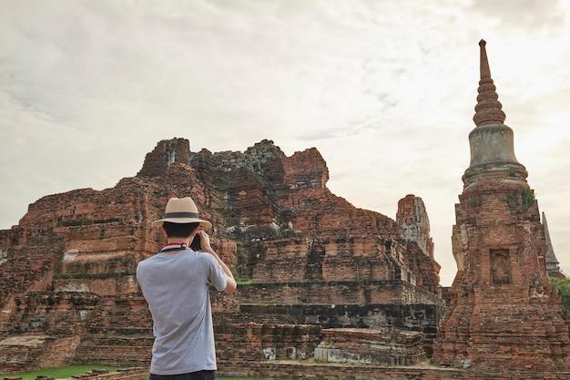 Viagem asiática da juventude para fotografar templos antigos em ayutthaya, tailândia