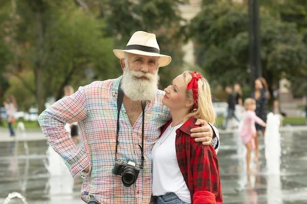 Viagem. casal andando nas ruas de férias de fim de semana. homem maduro feliz e mulher de sorriso bonita.