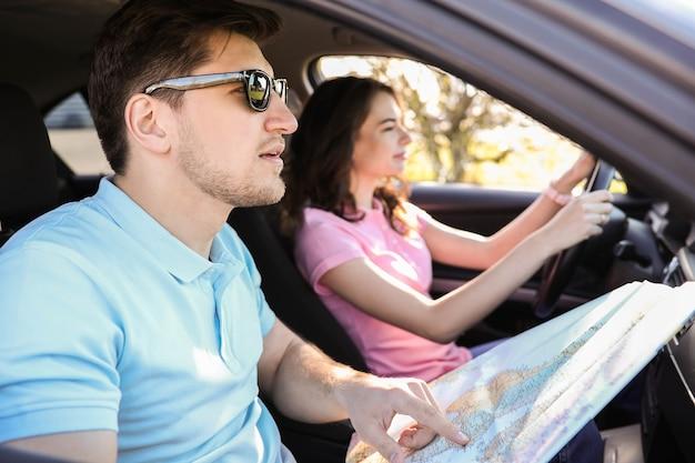 Viagem. casal está viajando no carro