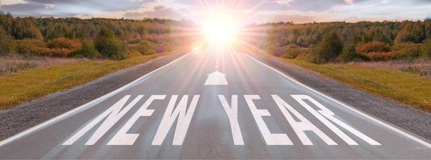 Viagem de ano novo por estrada e conceito de visão de futuro natureza paisagem com estrada rodoviária