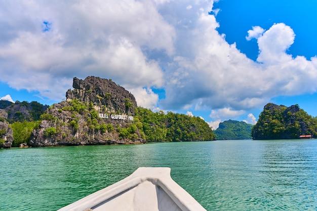 Viagem de barco ao longo do parque geoflorestal kilim. natureza incrível rochas paisagem vista de barco.