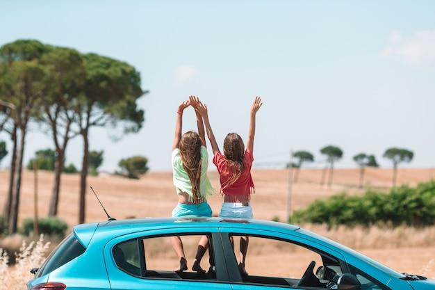Viagem de carro de verão e jovem família de férias